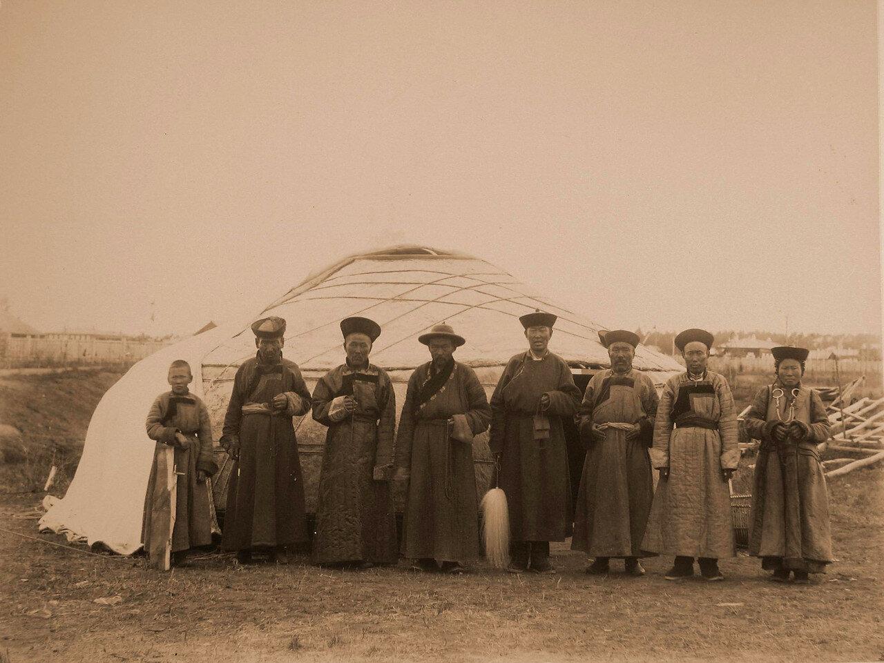 96. Группа бурят у юрты на территории выставки