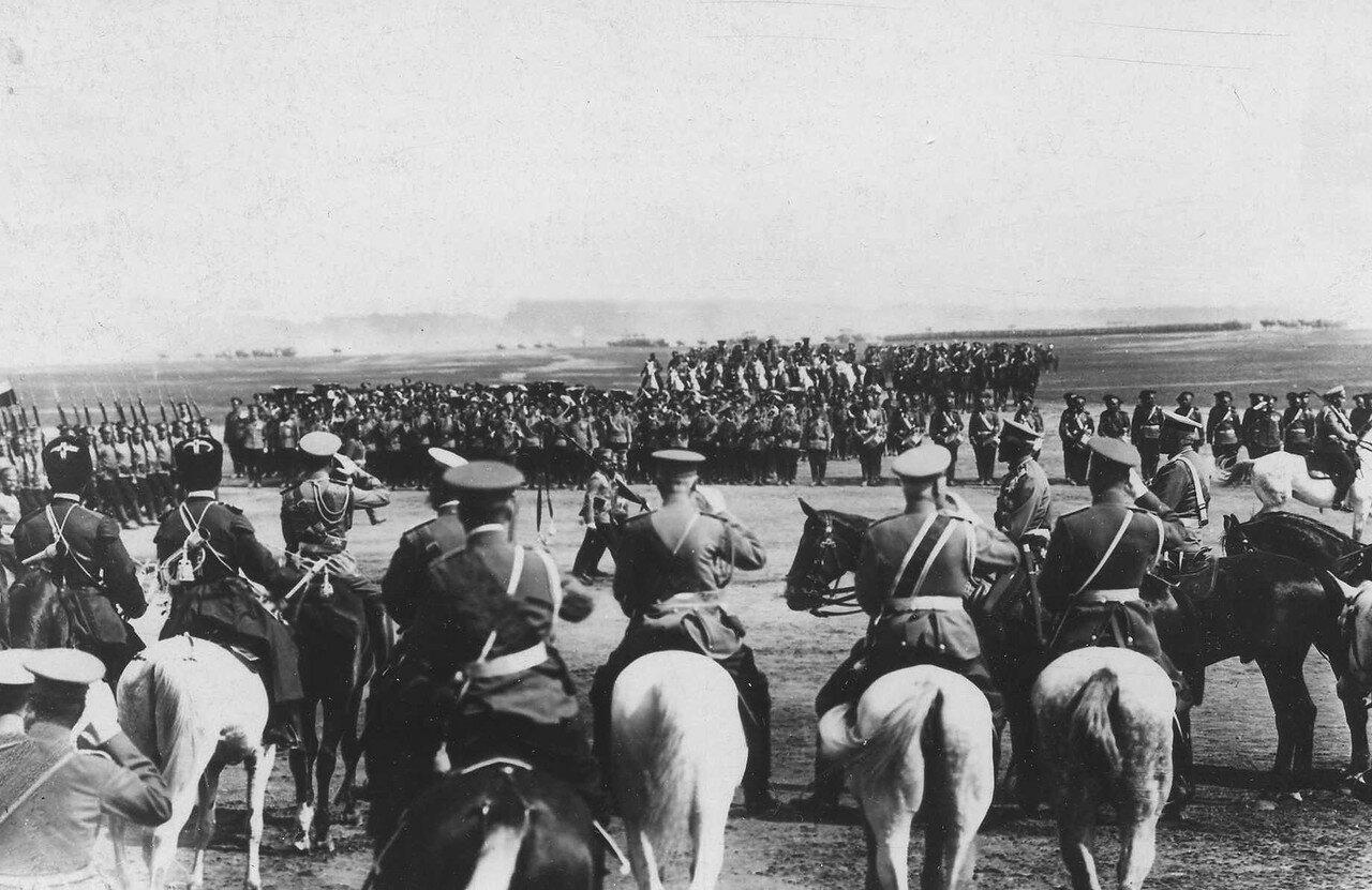 97. Пехотные части во время парада войск проходят мимо императора Николая II и его свиты