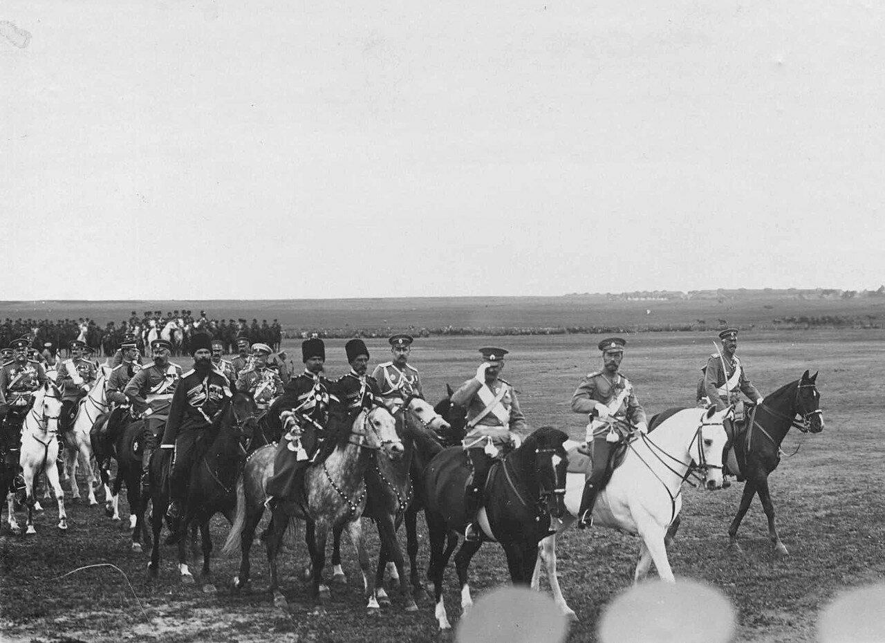 31. Император Николай II и датский король Фридрих VIII со свитой на военном поле.  7 июля 1909
