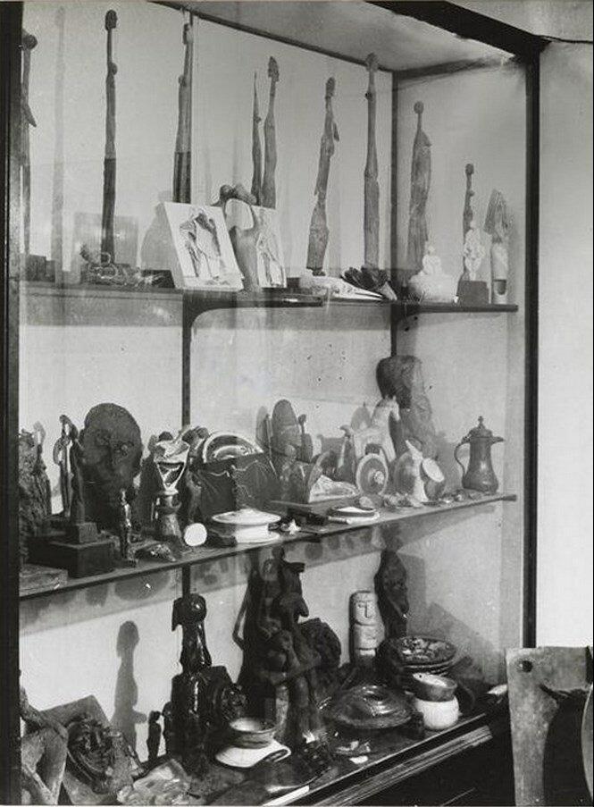 1942. Витрина со статуэтками в мастерской на улице Великих Августинцев