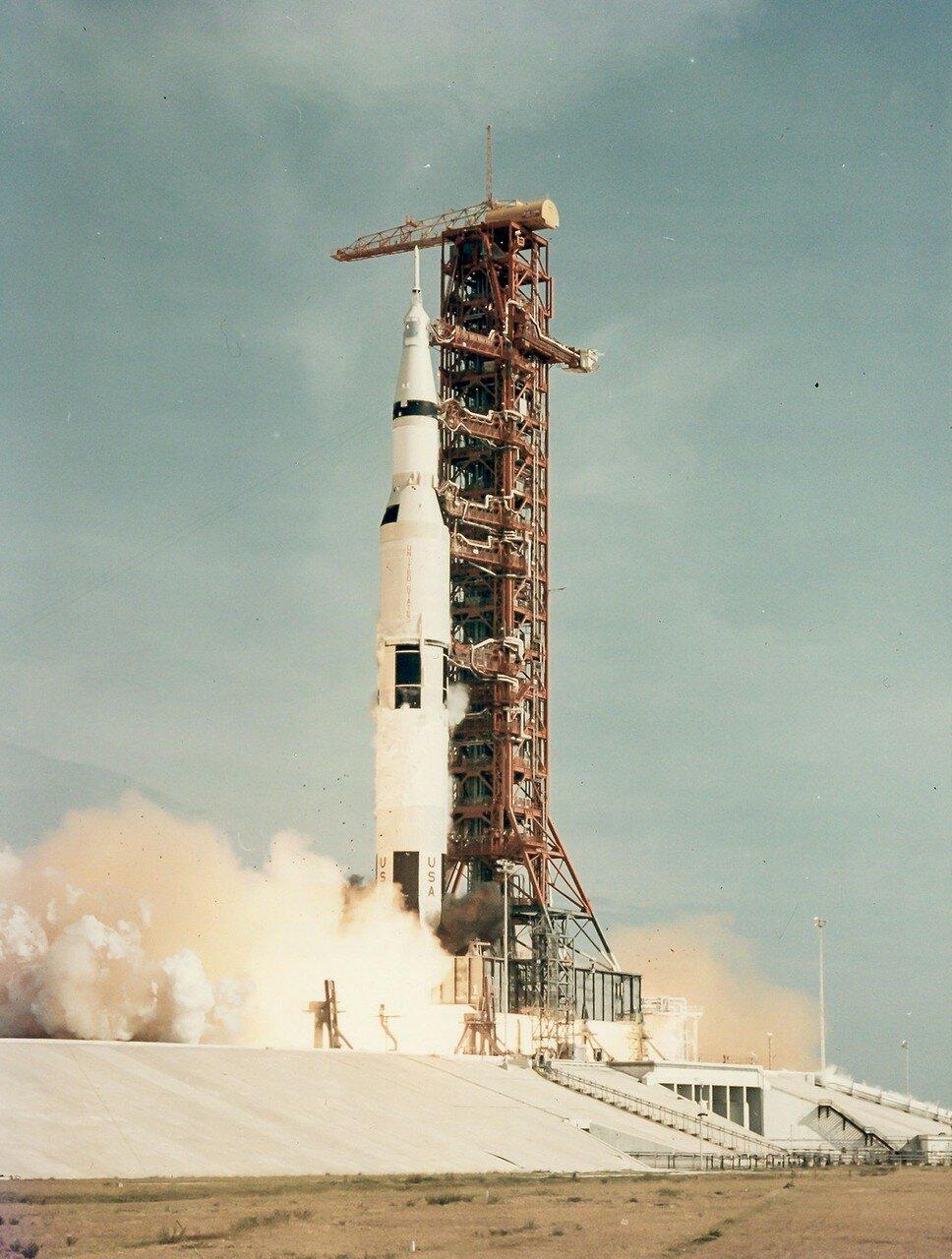 Старт «Аполлона-11» состоялся в среду, 16 июля 1969 года, в 13:32 UTC. Среди 5000 почётных гостей в Космическом центре имени Кеннеди присутствовали президент США Линдон Джонсон, вице-президент Спиро Агню и пионер немецкой ракетной техники Герман Оберт