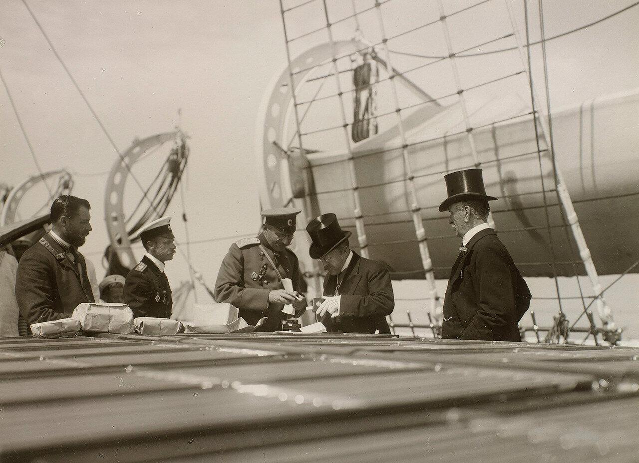 27. Группа мужчин проверяют небольшие ящики на палубе Императорской яхты «Штандарт»