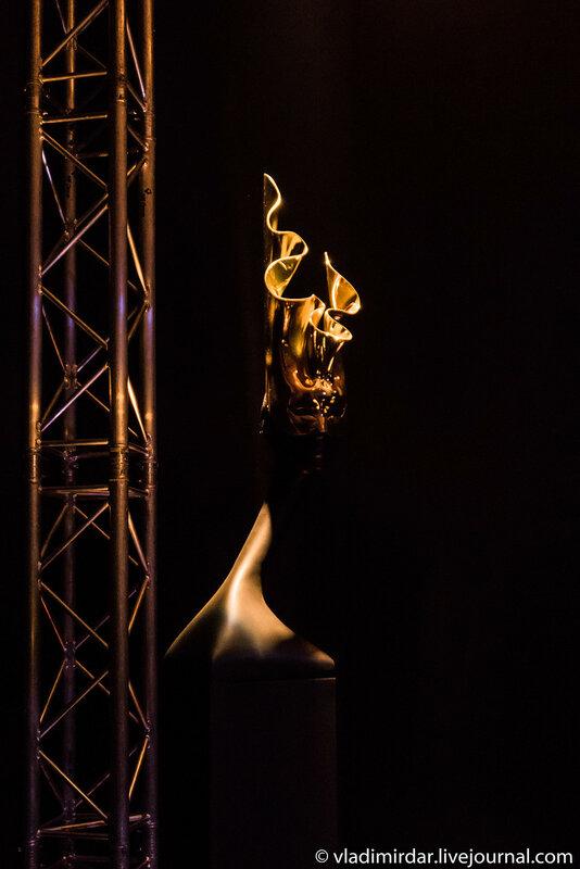 Золотая вертикальная маска