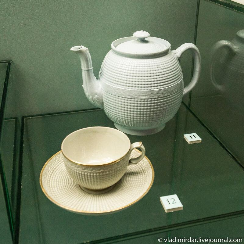 Чайник (Англия) и Чашка с блюдцем с рельефным декором, выполненным по английским образцам (Россия.)