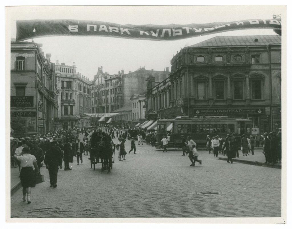 Intersection of Kuznetsky Most and Neglinnaya, Moscow, 1930.jpg