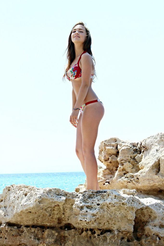 Девчонка на скале в купальнике