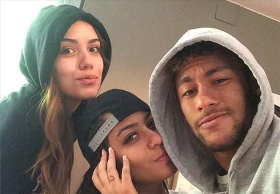 Бразильский футболист Неймар не может выбрать между возлюбленными