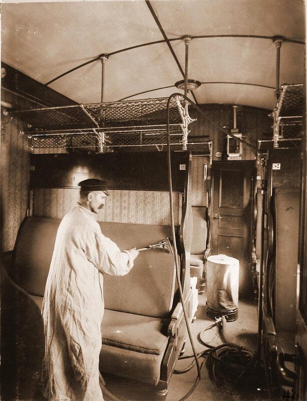 Петербурго-Варшавская железная дорога. Работник станции за очисткой вагона от пыли (при помощи пылесоса)
