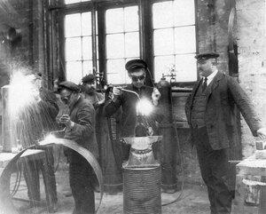 Сварщики за работой в цехе чугунолитейного и машиностроительного завода Людвиг Нобель.