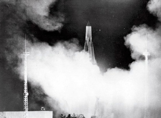 Запуск ракеты-носителя с простейшим спутником