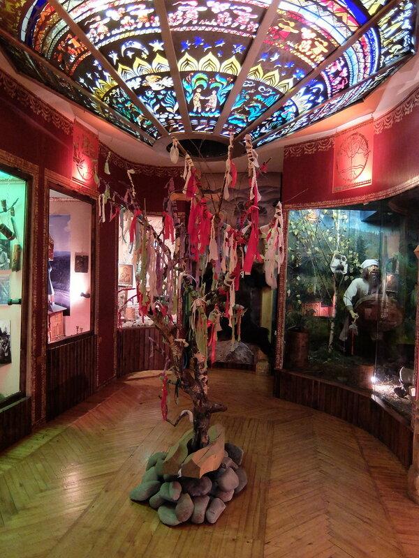 Таштагол - Музей - В зале, посвященном культуре