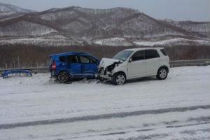 Снежный накат на дорогах Приморья приводит к ДТП