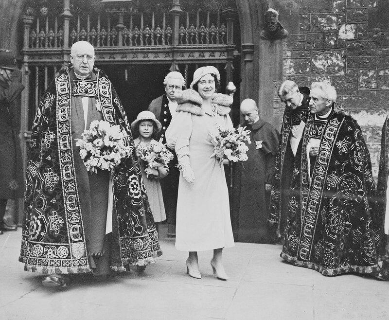 Фотография королевы-матери, когда герцогиня Йоркская и Ее Величества Королевы Елизаветы II, когда принцесса Елизавета-Йорке, посещая службы в Вестминстерском аббатстве 28 апреля 1935