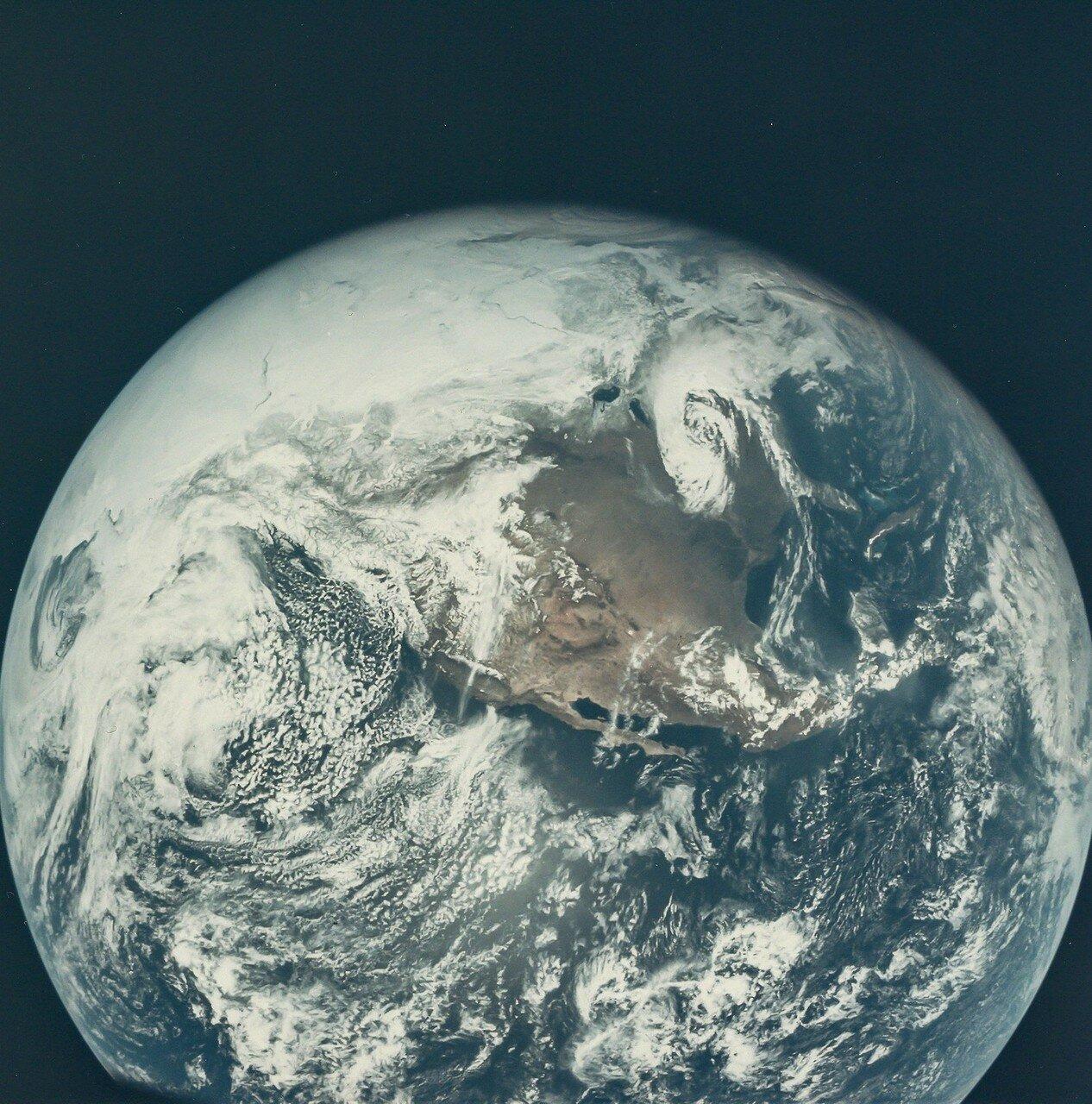 «Аполлон-16» перешёл на траекторию полёта к Луне. Скорость корабля в этот момент составила 36 360 км/ч. На снимке: Снимок Земли, сделанный во время полёта «Аполлона-16» к Луне.