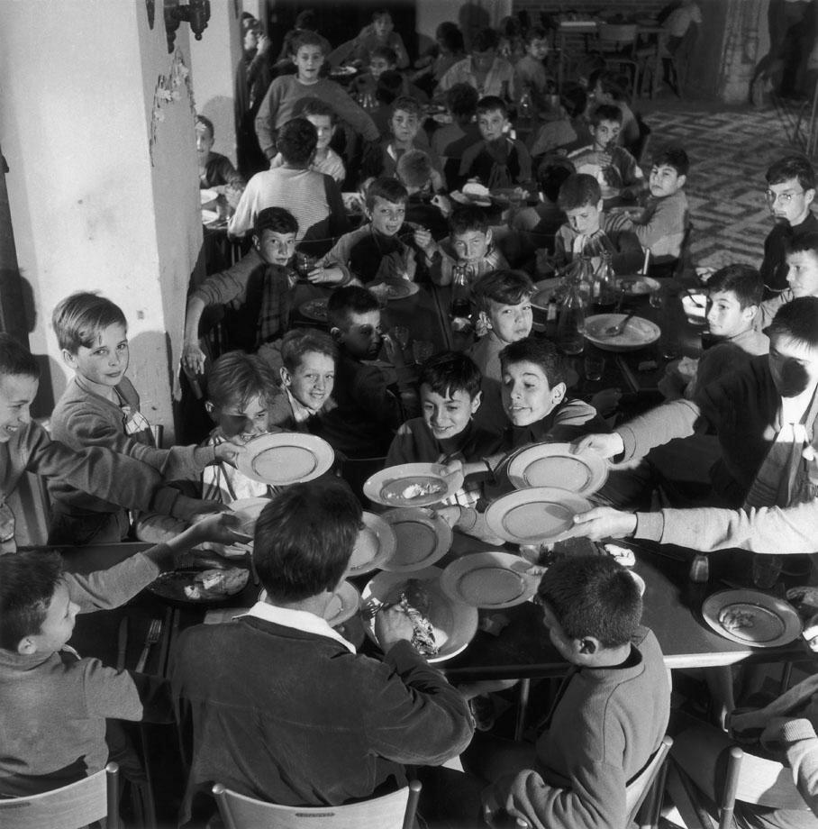 1956. Дети в столовой летнего лагеря
