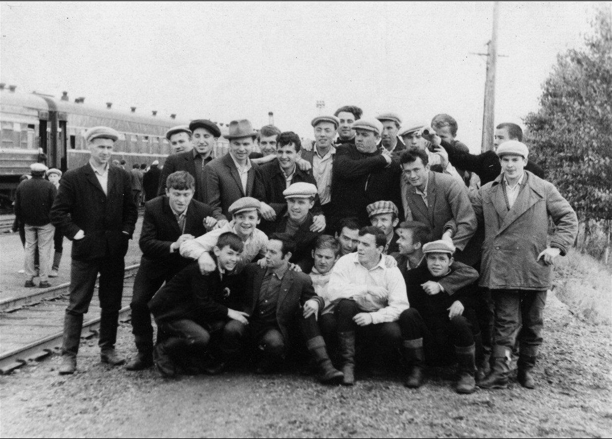 1966. Короткая стоянка где-то по пути в Казахстан на целинную стройку
