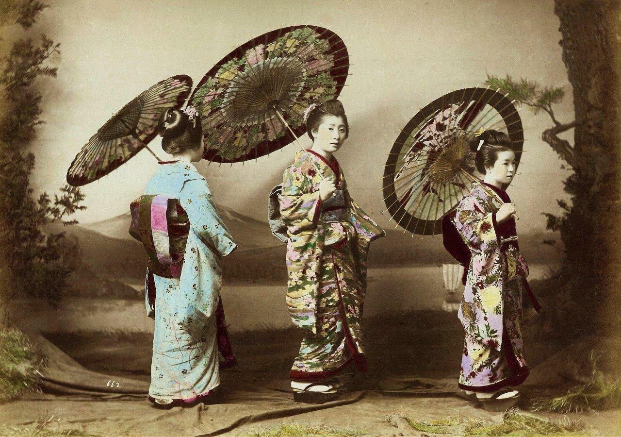 Три гейши с зонтами