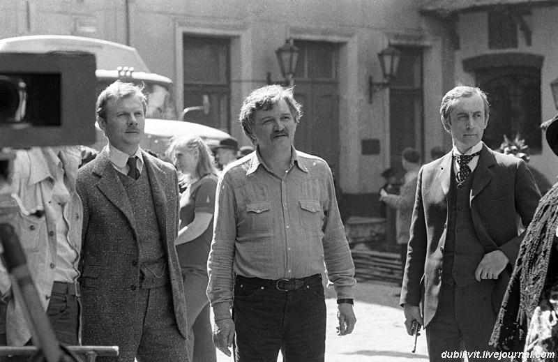 В. Соломин, И. Масленников, В. Ливанов на съёмках серии «Кровавая надпись». Рига, Яуниела, 1979. (фото В. Лисицына).jpg
