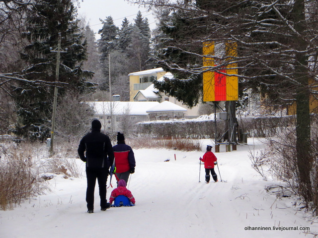 финские дети лыжники с родителями.JPG