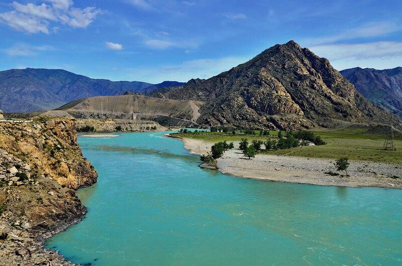Неприступным горам непокорная река.