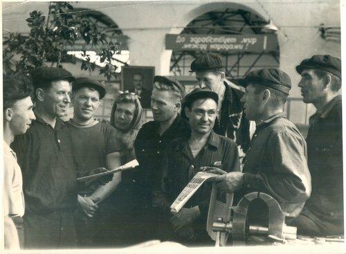 Обсуждение материалов XXII съезда в локомотивном депо Петропавловск, 1961.jpg