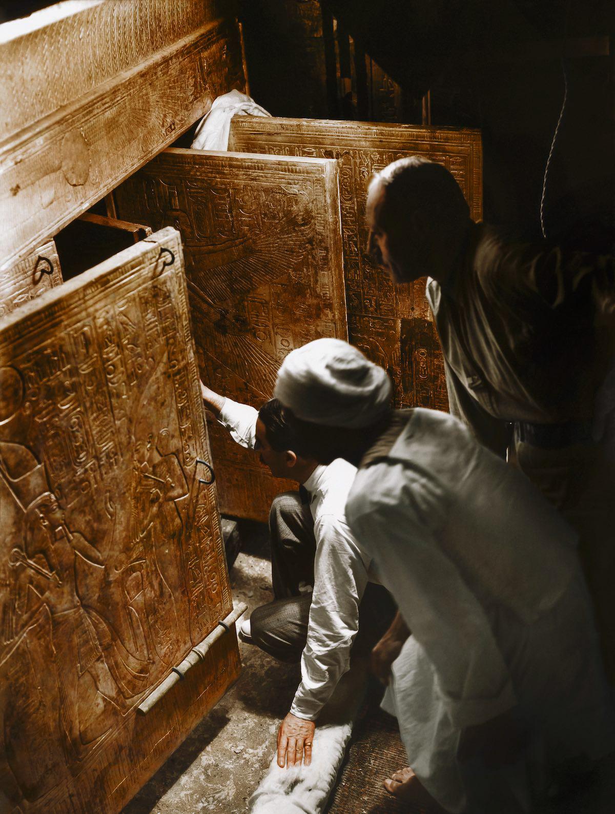 Говард Картер, Артур Каллендер и египетский рабочий открывают двери внутреннего святилища, чтобы впе