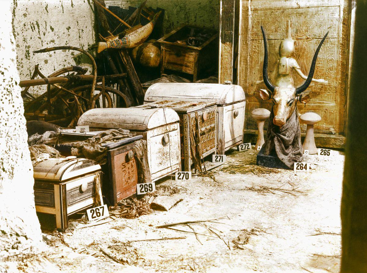 Позолоченный бюст Небесной Корова Мехурт и сундуки в сокровищнице гробницы.