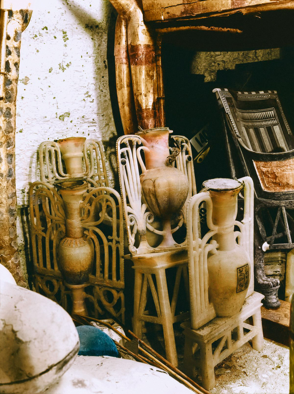 Витиевато резные алебастровые вазы в передней камере.