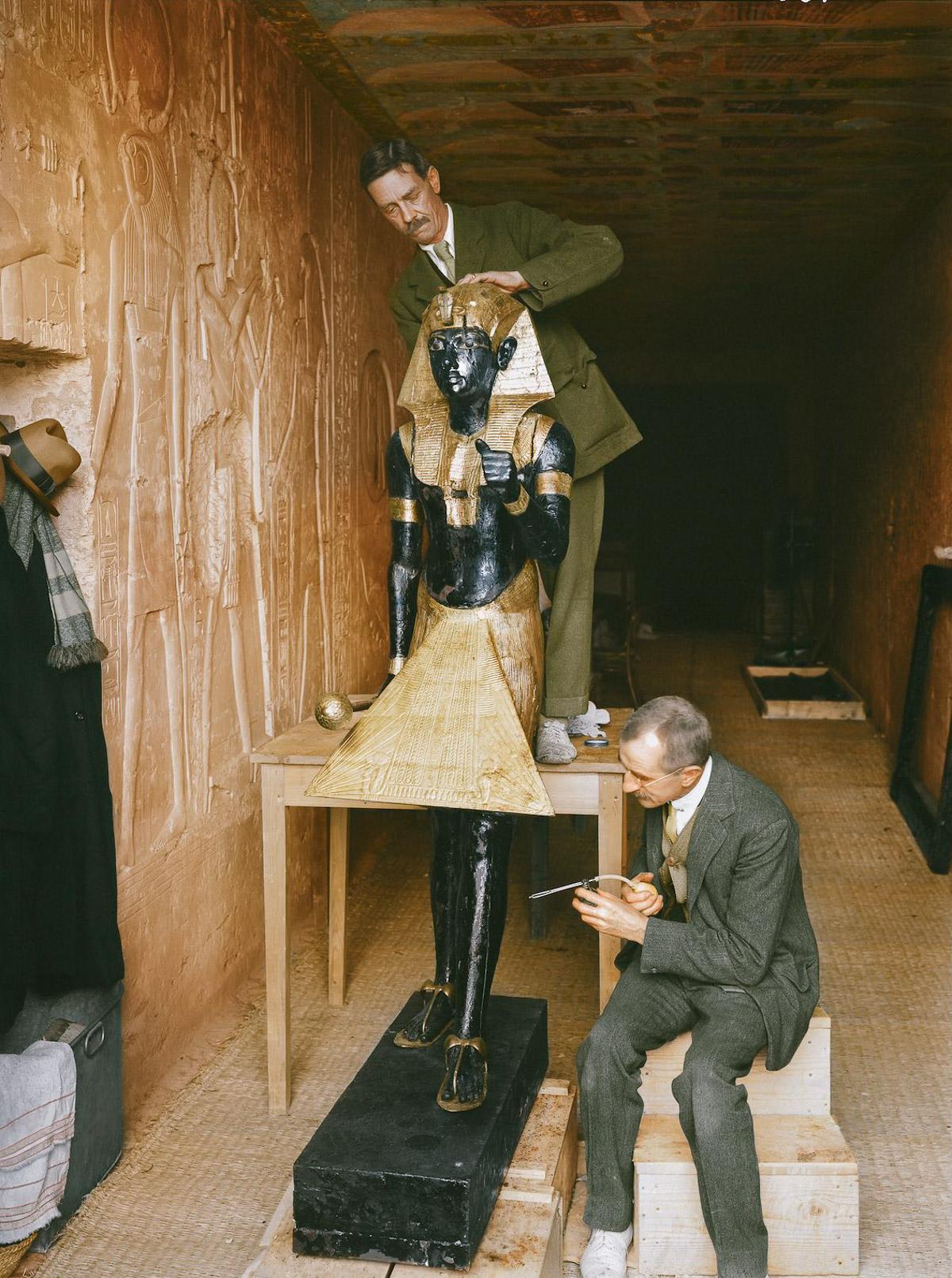 Реставраторы Артур Мейс и Альфред Лукас чистят одну из дозорных статуй в «лаборатории», созданной в