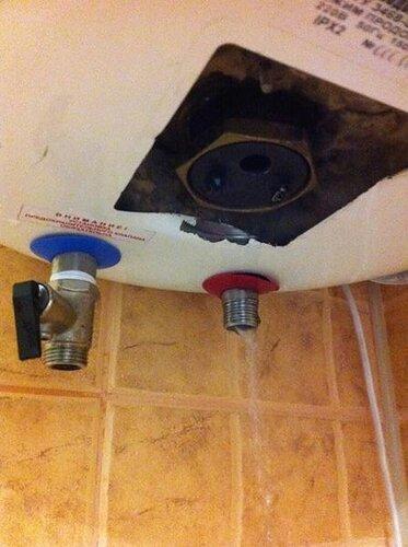 Сначала сливаем воду из горячего патрубка