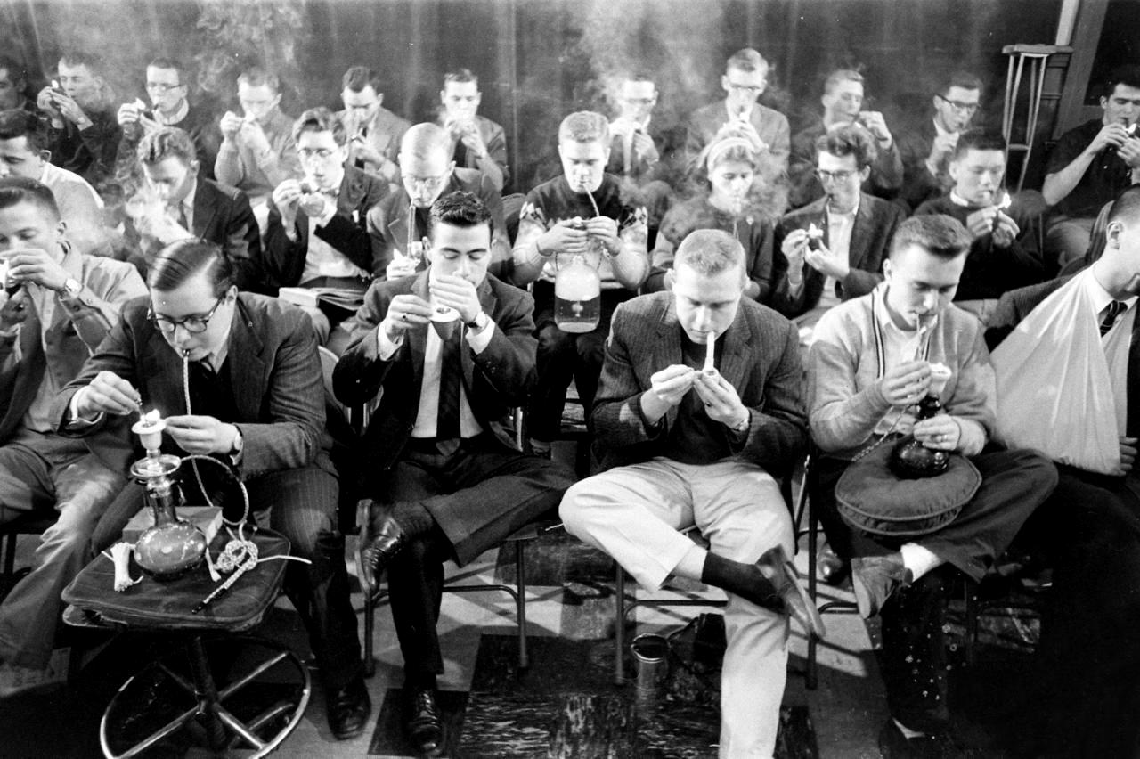 Соревнование на выносливость для курильщиков трубки в Йельском университете, 1959. Фотограф Йель Джоэл