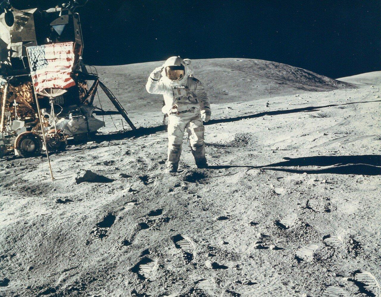 Потом астронавты поменялись местами. «Я бы хотел увидеть воинское приветствие военно-воздушных сил, Чарли, но я не думаю, что там это делают», — сказал Янг. Дьюк ответил: «Да, сэр, мы делаем». И, в свою очередь, отсалютовал флагу, но стоя на месте. На снимке: Чарльз Дьюк приветствует американский флаг