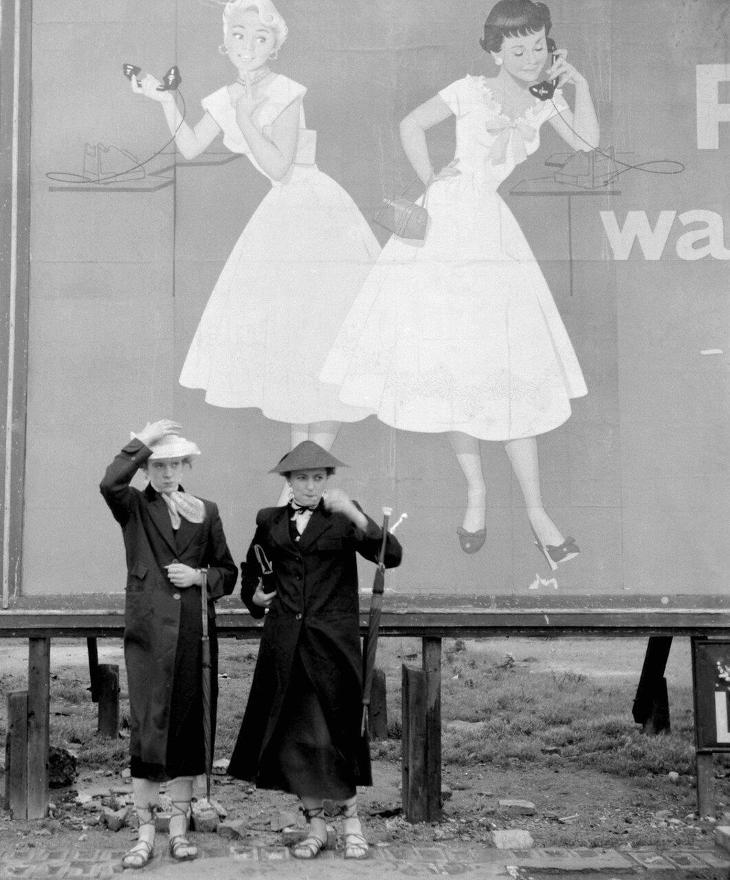 Ирис Торнтон и Пэт Уайлс, семнадцатилетние девушки из Плейстоу, демонстрируют свои эспадрильи на шнуровке