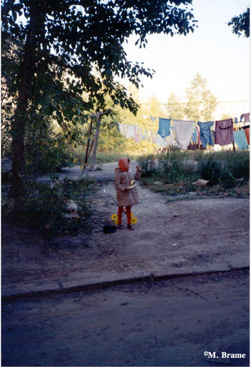 Девочка играет во дворе