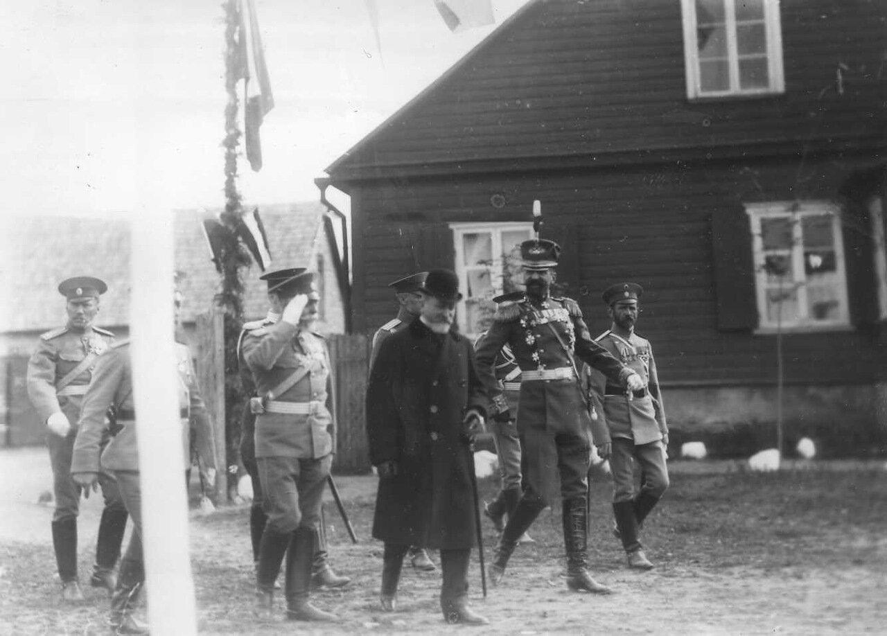 26. Группа офицеров русской армии направляется к месту парада войск