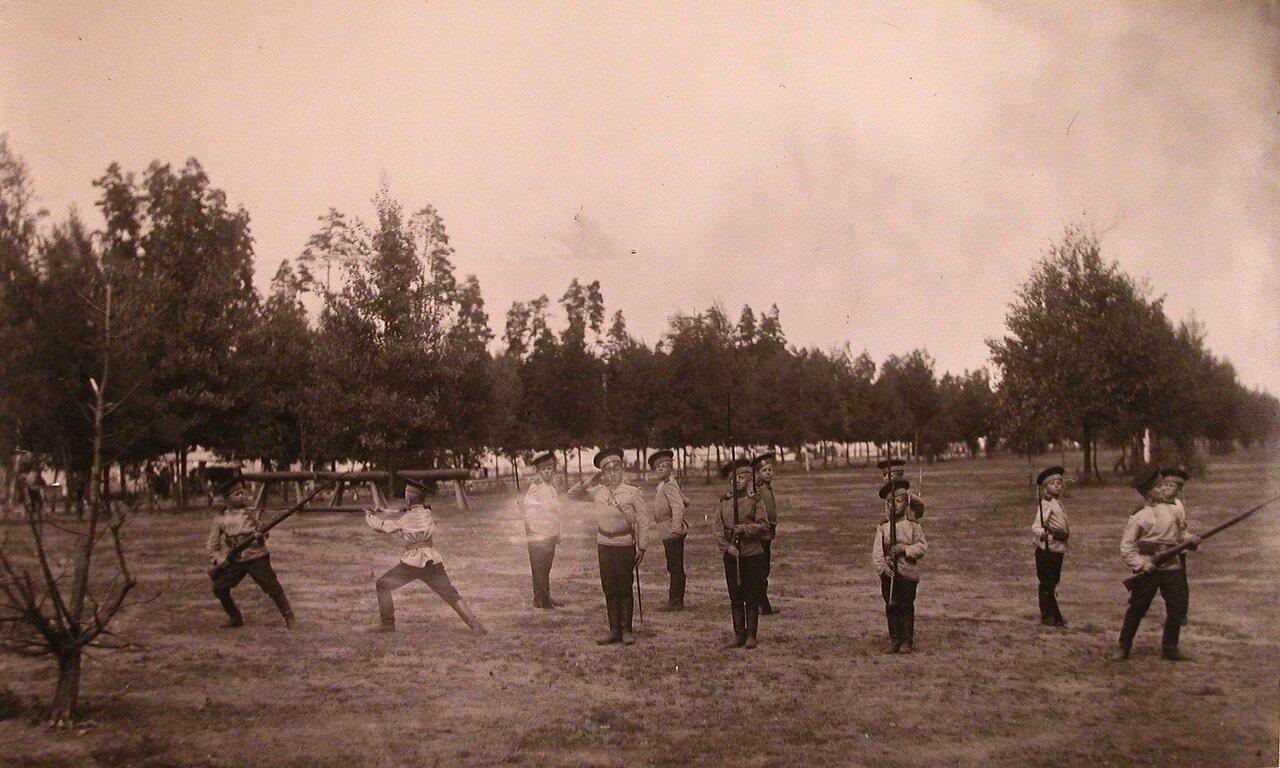 11. Группа потешных во время занятий по освоению приёмов штыкового боя