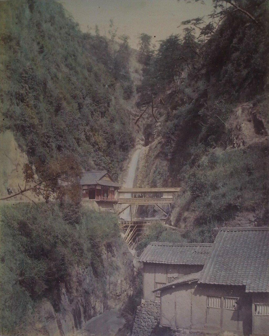 Храм у водопада в Кобе