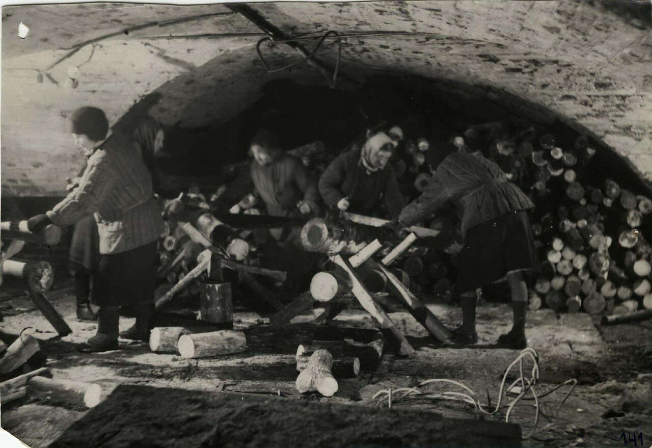 12. Сотрудницы ГПБ пилят дрова. Зима 1943-44