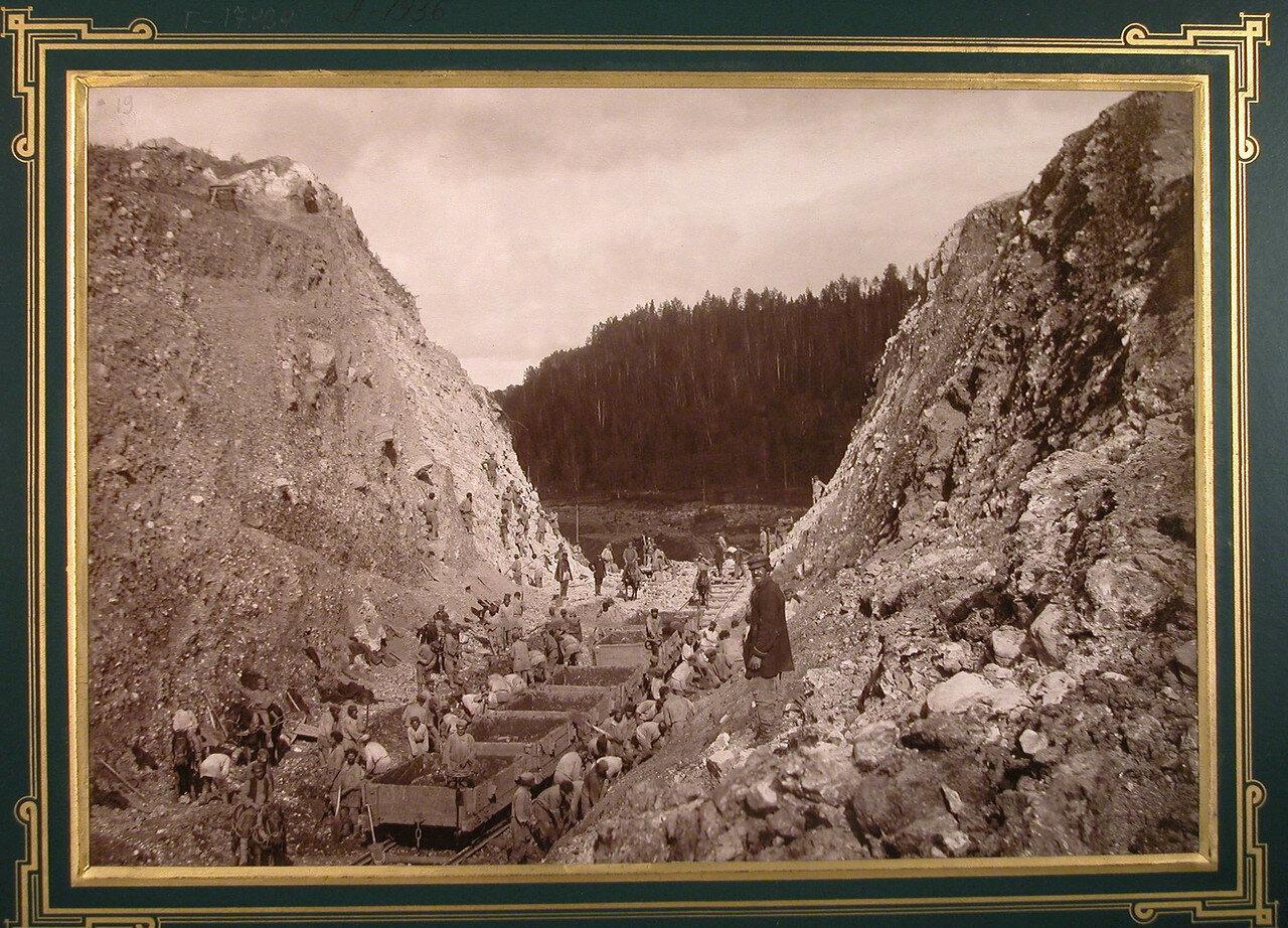 19. Рабочие вынимают камни во время строительства дороги. 613-я верста, 1885-1889