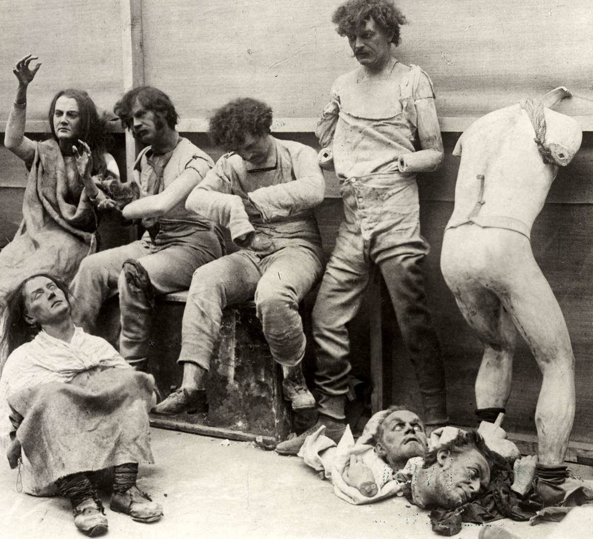 Расплавленные и поврежденные манекены после пожара в музее восковых фигур мадам Тюссо в Лондоне, 1925