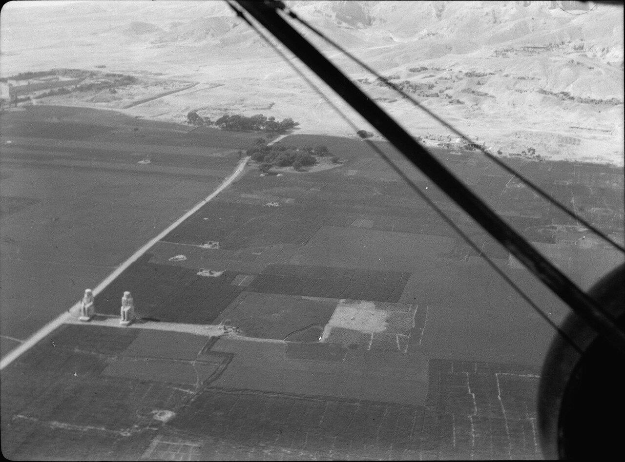 Вид с воздуха на колоссы Мемнона близ Луксора. 1936