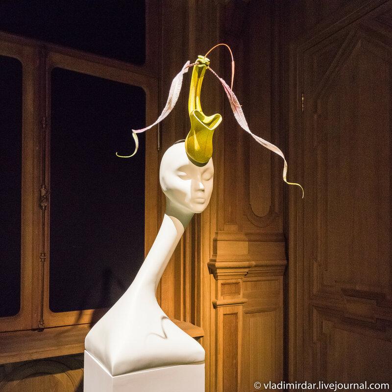 Орхидея. Неделя Высокой Моды. Париж. 2000. Раскрашенный вручную шелк, перья петуха.
