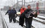 Спасатели эвакуируют пострадавших во время столкновения поездов, 15 февраля, Халле, Бельгия. Фото Thierry Roge  Rescuers evacuate injured people after two trains which crashed head-on in Buizingen