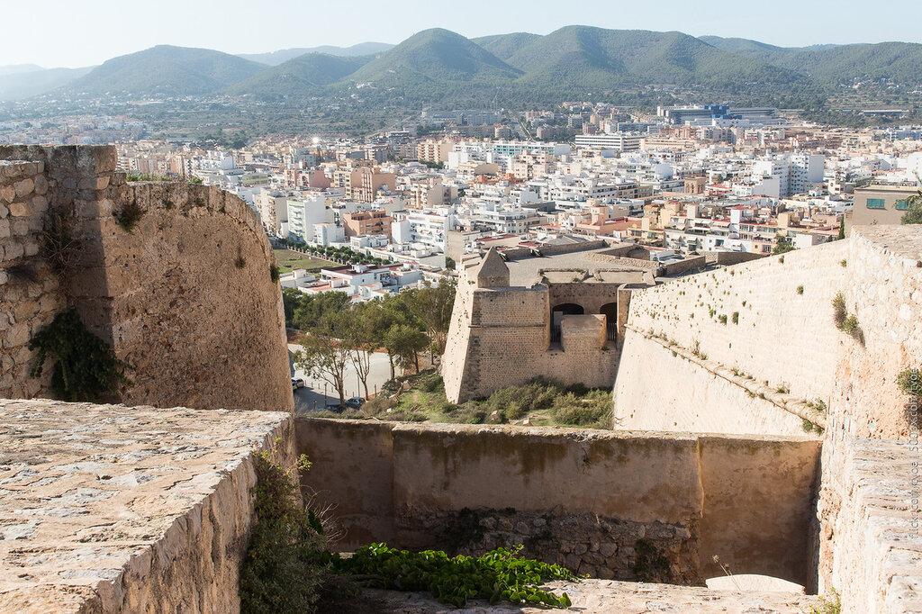 Крепостные стены Ибицы и вид на город