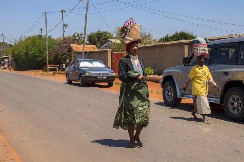 Женщины с хозяйственными сумками