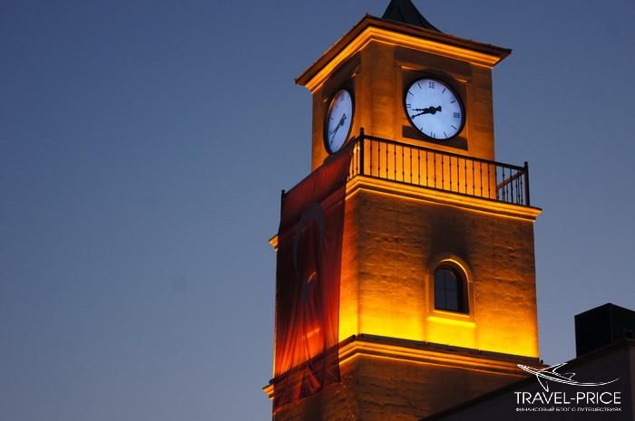 часы на площади Мармариса