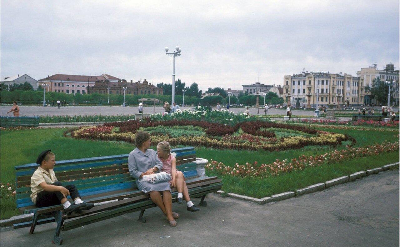 Хабаровск. Люди на лавочке на городской площади