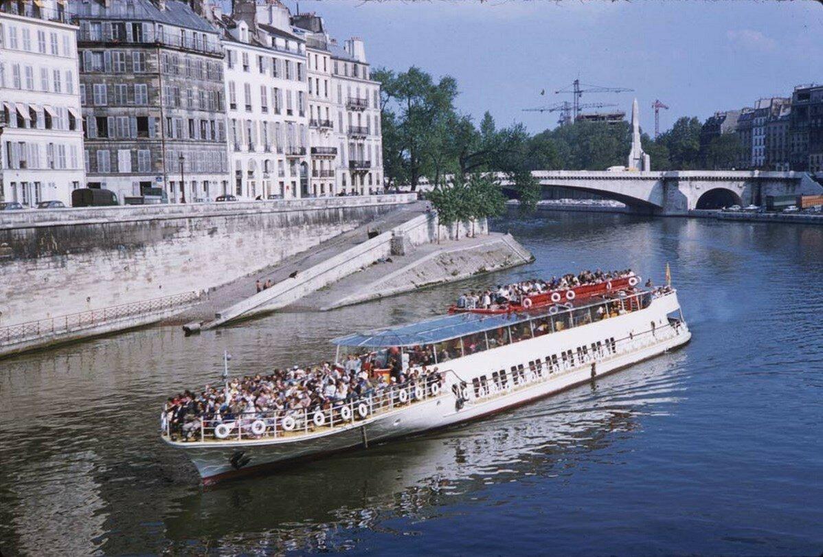 Прогулочное судно на Сене