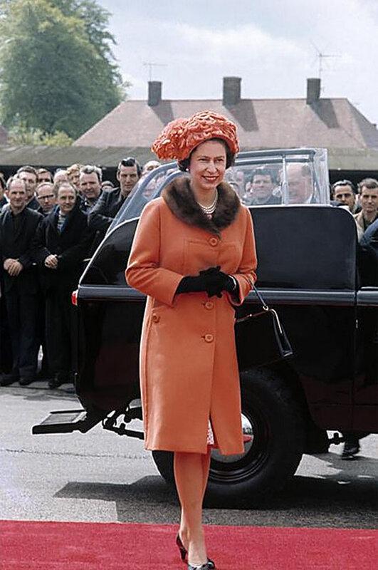 Королева Елизавета II посещает велосипедный завод в Мидлендс (Англия, Великобритания) 1968-ой год..Фотограф Ева Арнольд (1912-2012)