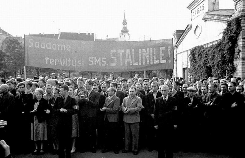 Люди приветствуют делегатов эстонской Думы в Таллине после присоединения Эстонии к СССР.